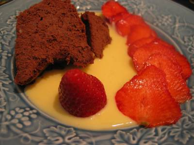 Gâteau fondant au chocolat et crème anglaise, carpaccio de fraises